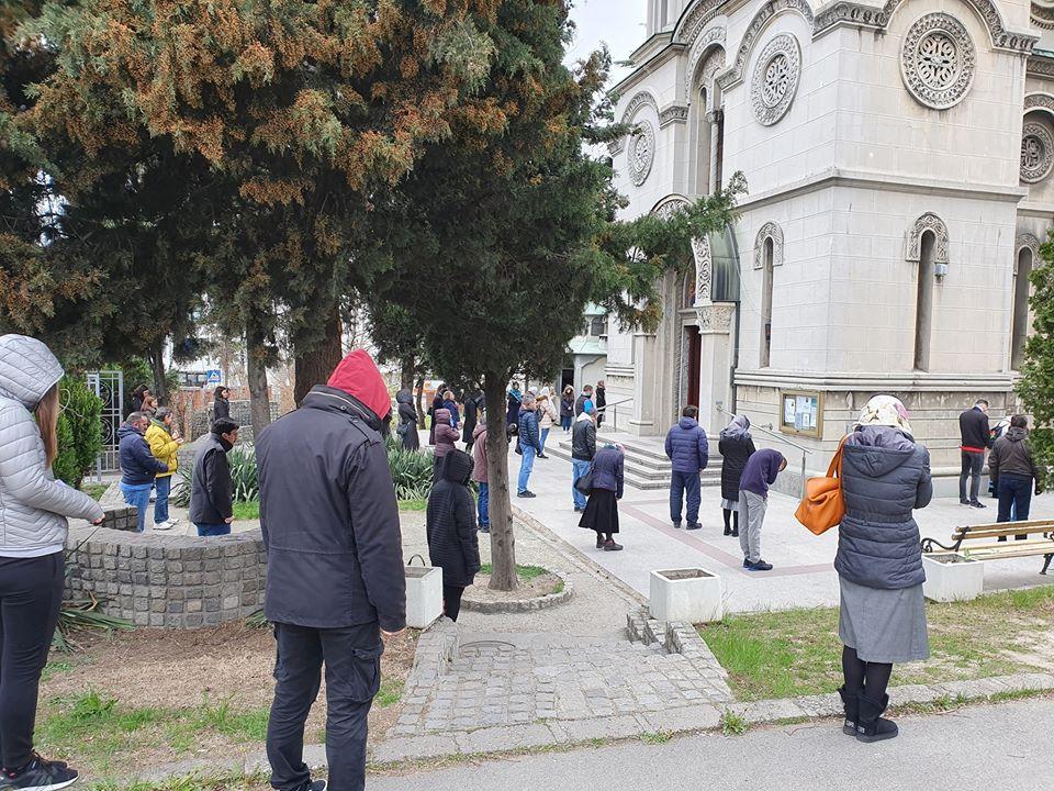 Испред цркве св. Ђорђа на Чукарици литургија у време карантина.